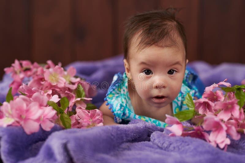 behandla som ett barn flickan little stående royaltyfri fotografi