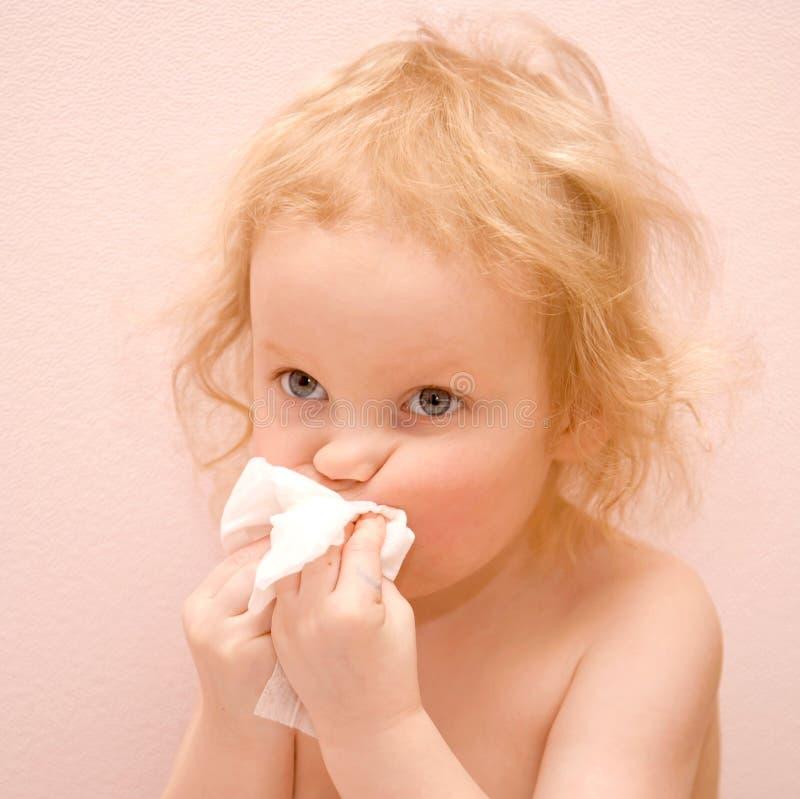 Behandla som ett barn flickan med blåa ögon är sjukt arkivfoto