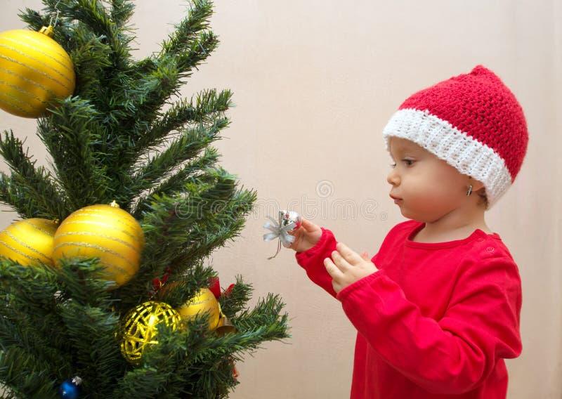 Behandla som ett barn flickan med julbollen royaltyfria foton