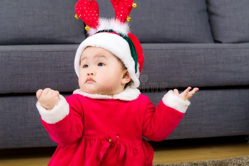 Behandla som ett barn flickan med juldräkten arkivbilder
