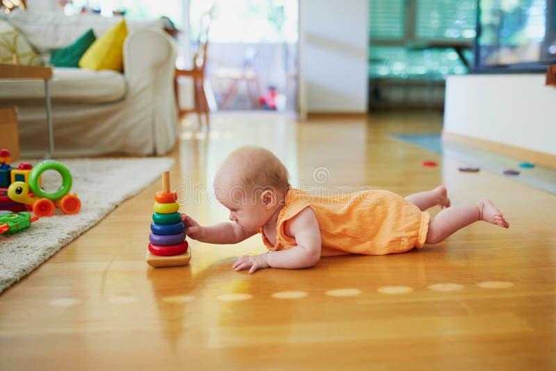 Behandla som ett barn flickan med många färgrika leksaker royaltyfria foton
