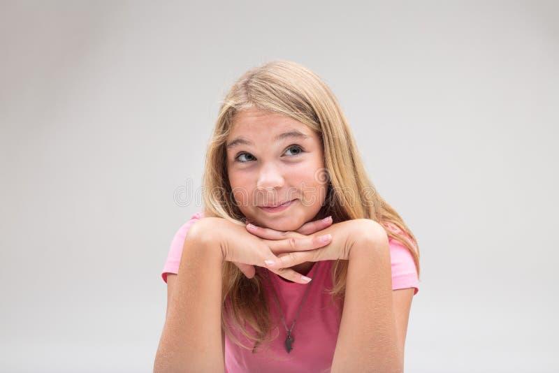 Behandla som ett barn flickan som har en idé i rosa färger på vit bakgrund royaltyfria foton