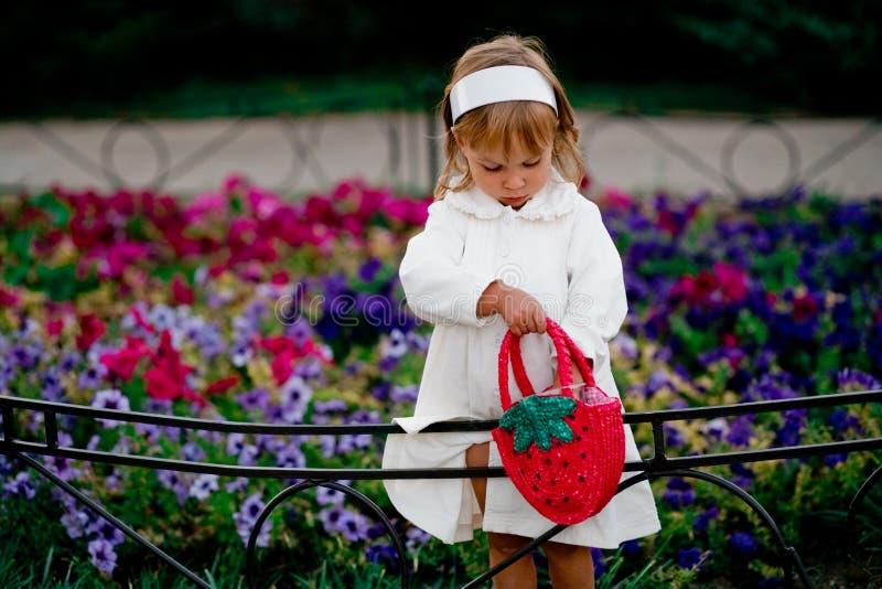 behandla som ett barn flickan som leker utomhus arkivfoto
