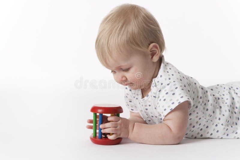 behandla som ett barn flickan som ser toyen arkivbild