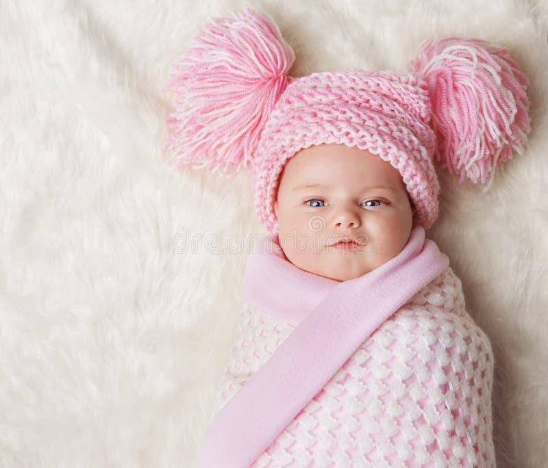 Behandla som ett barn flickan som slås in upp den nyfödda filten, den nyfödd unge buntade hatten arkivbilder