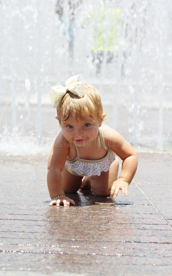Behandla som ett barn flickan som spelar i ett färgstänkblock royaltyfria bilder