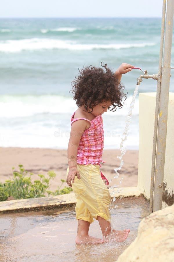 Behandla som ett barn flickan som tvättar hans fot royaltyfri bild