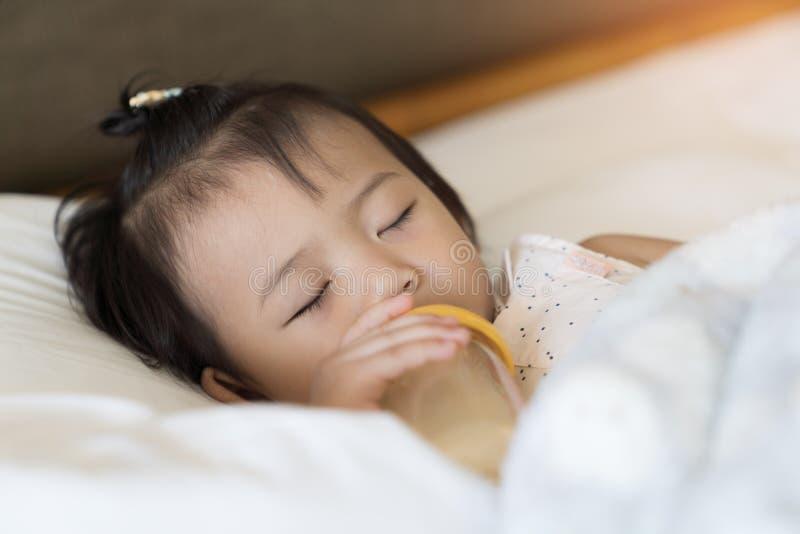 Behandla som ett barn flickan som sover på sovrummet royaltyfri fotografi
