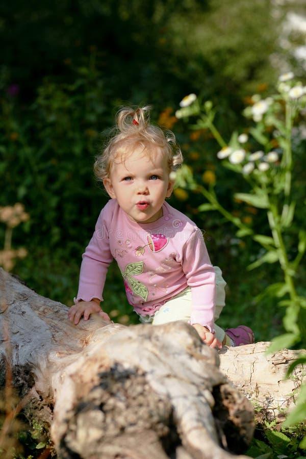 behandla som ett barn flickan utomhus royaltyfria foton