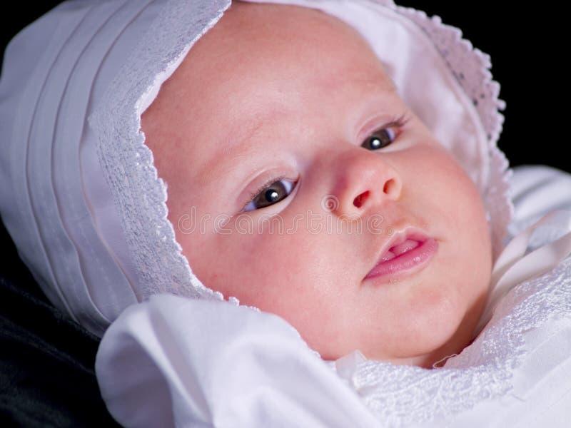 behandla som ett barn flickaståenden royaltyfri foto