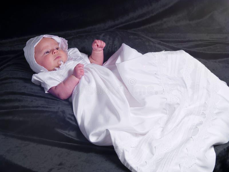 behandla som ett barn flickaståenden royaltyfria bilder
