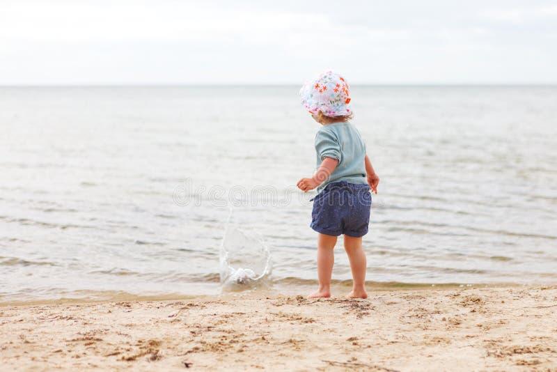 Behandla som ett barn flickastranden fotografering för bildbyråer