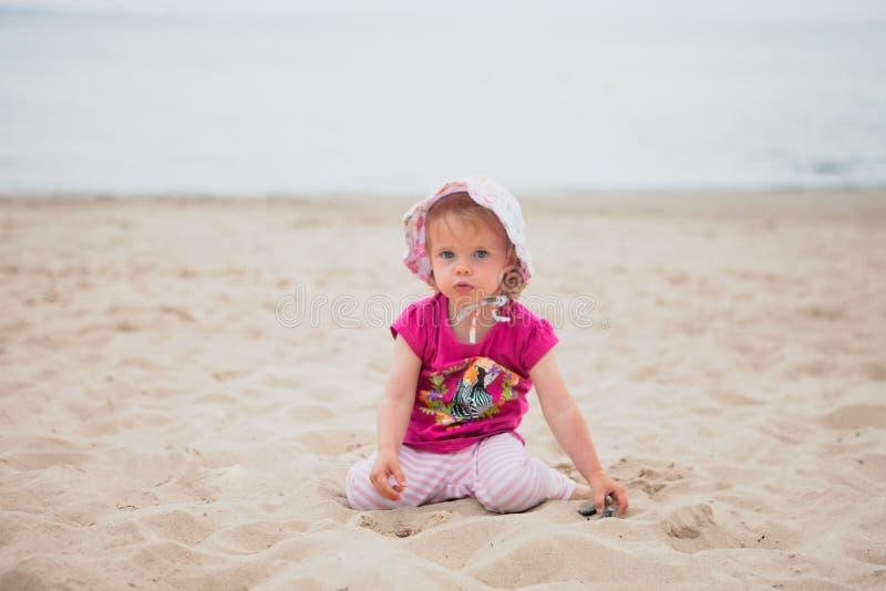 Behandla som ett barn flickastranden royaltyfri bild