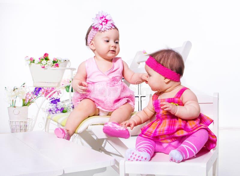 Behandla som ett barn flickor i härliga klänningar royaltyfri bild