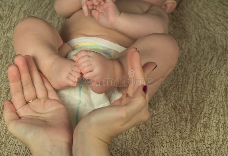 Behandla som ett barn fot i moderhänder lycklig begreppsfamilj royaltyfri foto