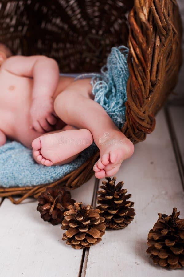 Behandla som ett barn fotostudion på en träbakgrund royaltyfri fotografi