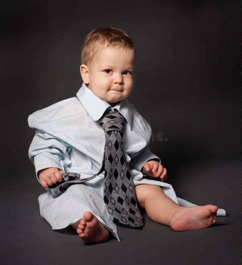 behandla som ett barn framstickandet över allvarligt sorterat dräktslitage royaltyfri bild