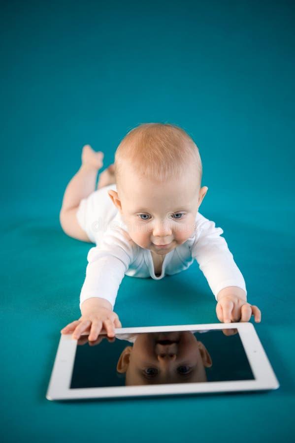 Behandla Som Ett Barn Genom Att Använda Den Digitala Tableten Fotografering för Bildbyråer