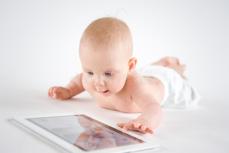 Behandla som ett barn genom att använda den digitala tableten royaltyfri bild