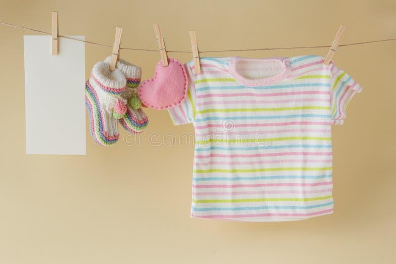 Behandla som ett barn gods och förbigå anmärkningen som hänger på klädstrecket arkivbild