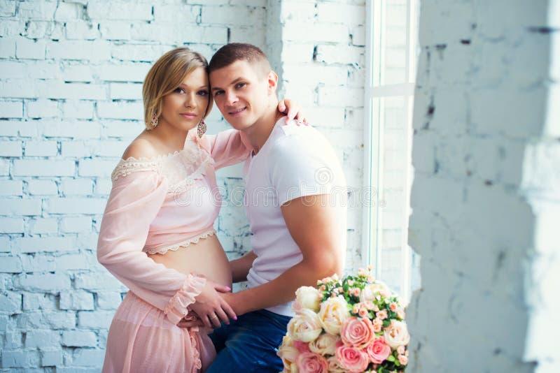 Behandla som ett barn gravida par för barn som väntar på Lycklig och sund havandeskap royaltyfri foto