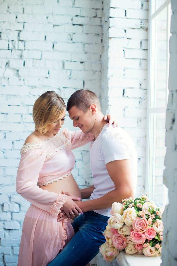 Behandla som ett barn gravida par för barn som väntar på Lycklig och sund havandeskap arkivfoto