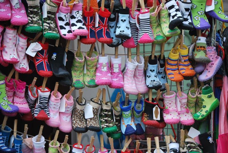 Behandla som ett barn gulliga färgrika sockor på marknaden i Nottinghill, i London royaltyfri fotografi