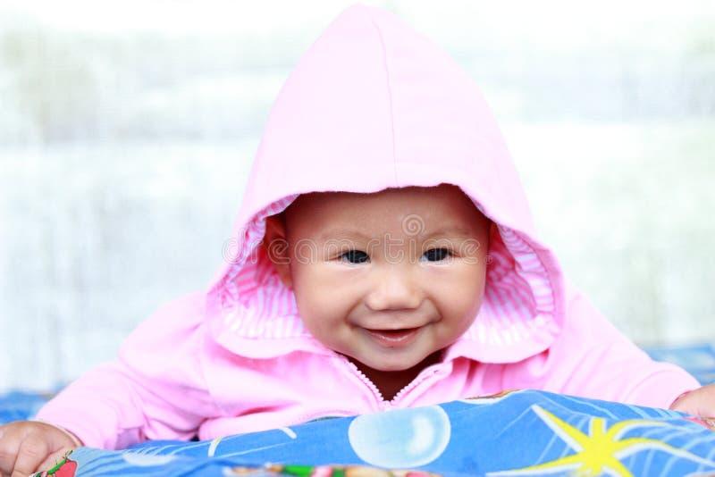 Behandla som ett barn gulligt behandla som ett barn flickaståenden royaltyfri fotografi