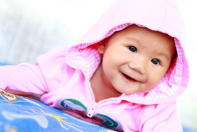 Behandla som ett barn gulligt behandla som ett barn flickaståenden royaltyfri bild