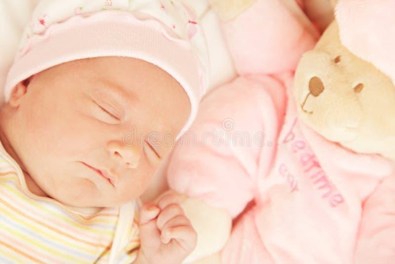 behandla som ett barn gulligt little som sovar arkivbilder