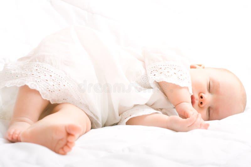 behandla som ett barn gulligt little som sovar royaltyfri fotografi