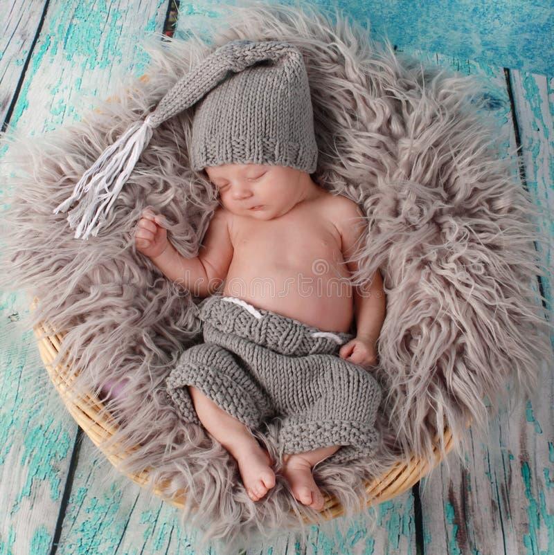behandla som ett barn gulligt little som sovar arkivfoton