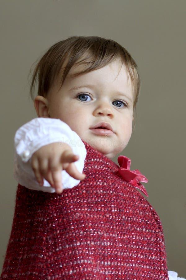 behandla som ett barn gulligt peka för flicka royaltyfri fotografi