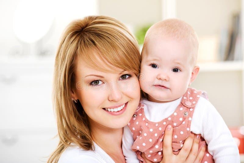 behandla som ett barn händer som rymmer modern nyfödd royaltyfri bild