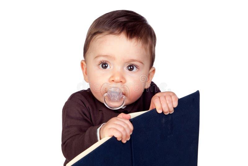 behandla som ett barn härlig fredsmäklareavläsning royaltyfria foton