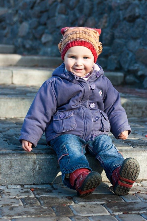 behandla som ett barn härlig sittande trappa royaltyfria foton