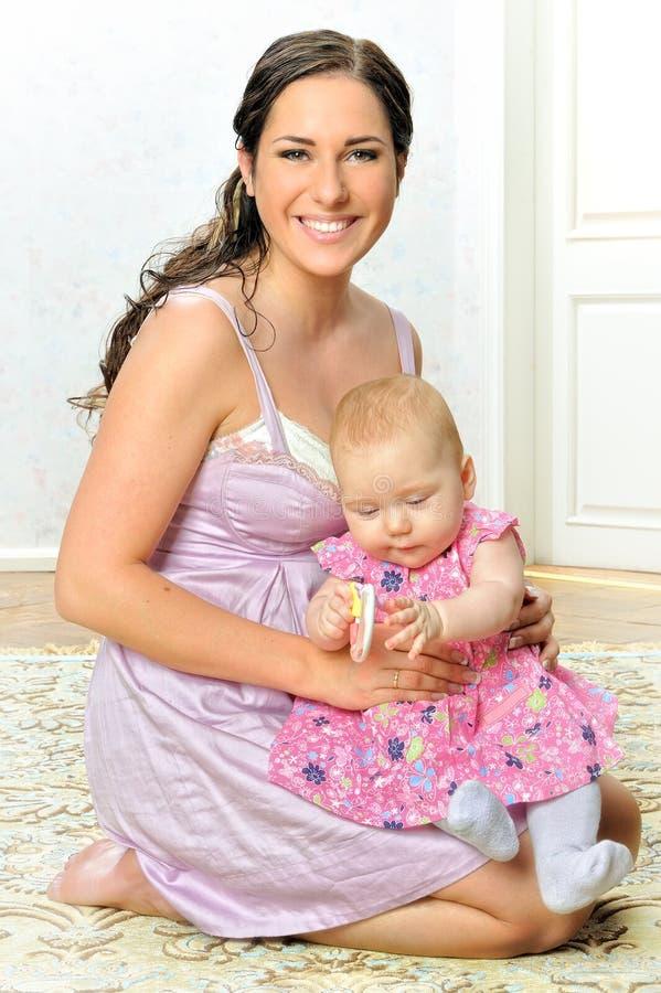 behandla som ett barn härligt henne modern royaltyfri foto