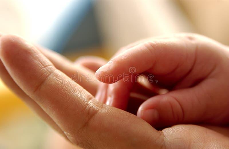 behandla som ett barn hand2 royaltyfri bild