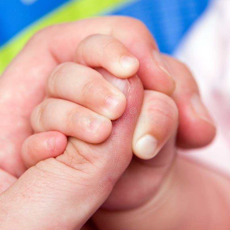 behandla som ett barn handen arkivbilder