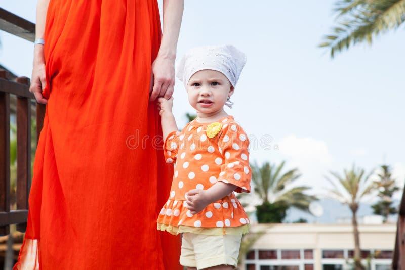 behandla som ett barn handholdingmoder s fotografering för bildbyråer