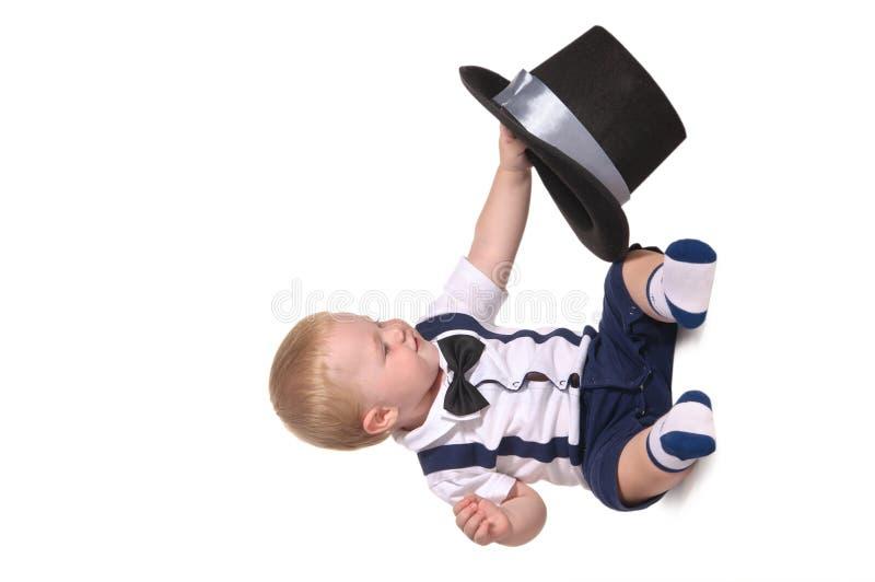 behandla som ett barn hatten för pojkecylindergentlemannen royaltyfri bild