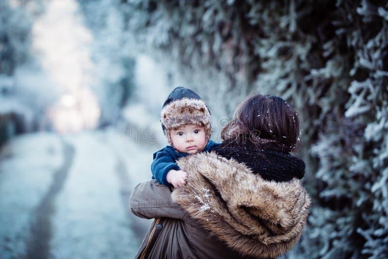 behandla som ett barn henne nyfött barn för holdingmodern arkivfoton
