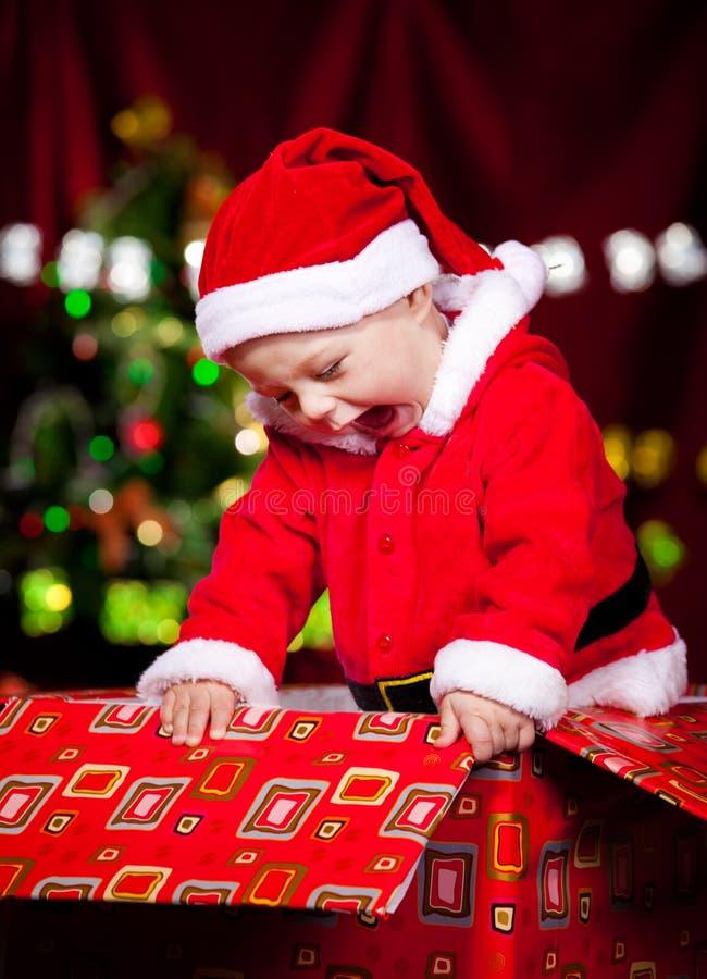 Behandla som ett barn i den Santa dräkten arkivfoto