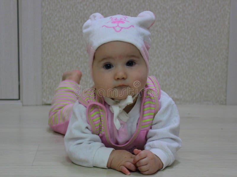 Behandla som ett barn i en hatt med en björn royaltyfri foto