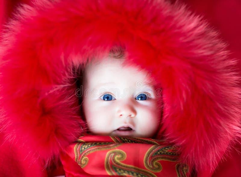 Behandla som ett barn i ett vinteromslag royaltyfria bilder