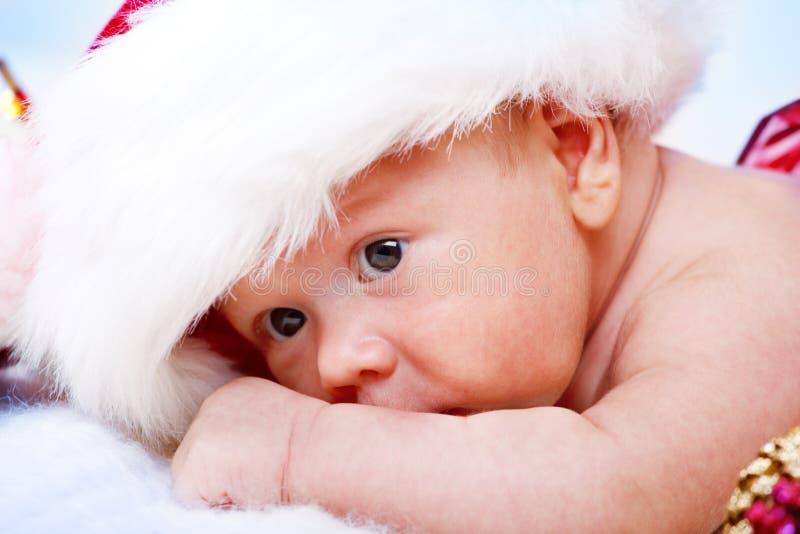 Behandla som ett barn i jultomtenhatt arkivfoton