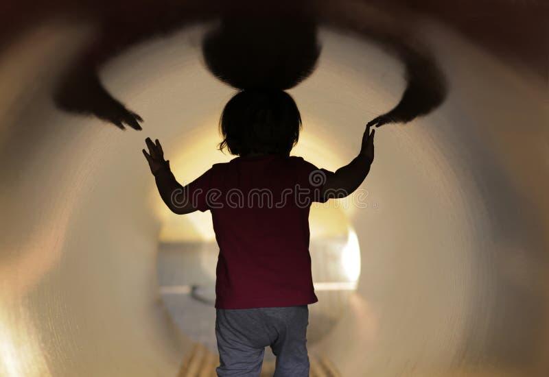 Behandla som ett barn i tunnelen royaltyfria foton