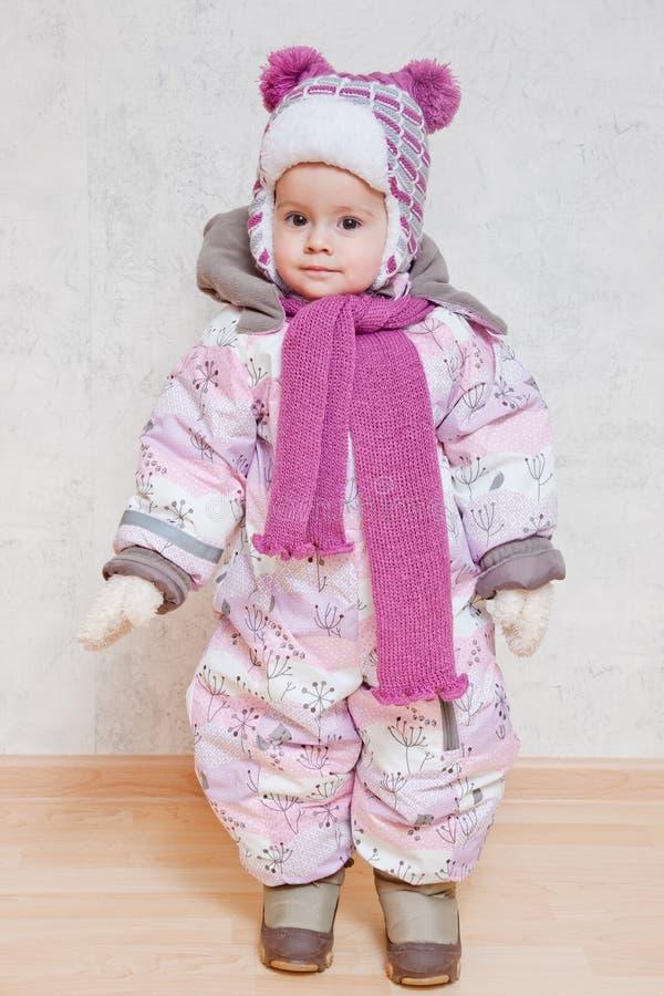 Behandla Som Ett Barn I Vinterkläder Arkivbilder