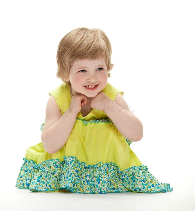 behandla som ett barn joyful sitting för golvet arkivfoto