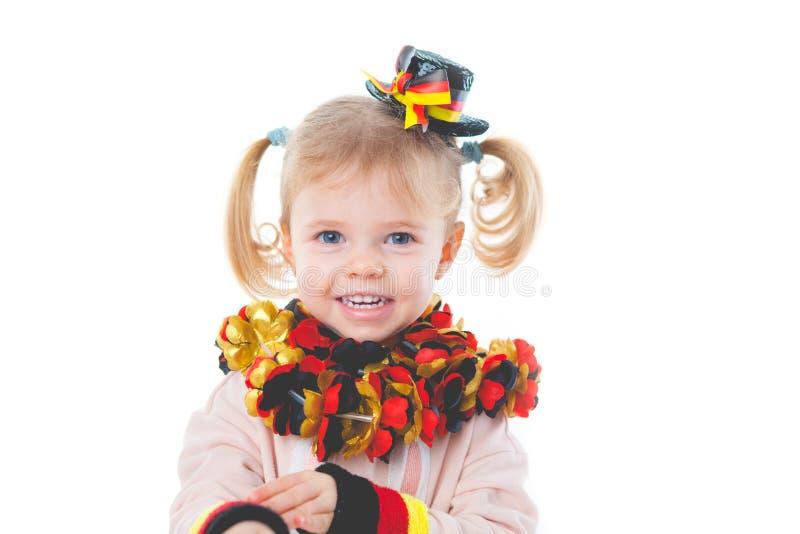 Behandla som ett barn jubel för det tyska fotbolllaget royaltyfria bilder